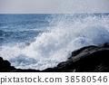 粗糙的海浪撞入岩石 38580546