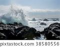 粗糙的海浪撞入岩石 38580556