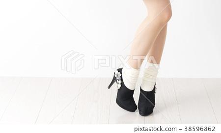 젊은 여성의 다리의 이미지 사진 38596862