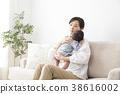 ผู้หญิงกำลังอุ้มลูก 38616002