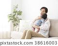ผู้หญิงกำลังอุ้มลูก 38616003