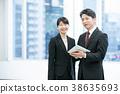 商業形象使用平板終端和女公司員工高級員工的商人 38635693