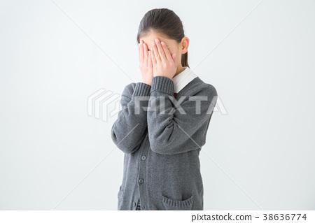 얼굴을 숨기기 여학생 38636774