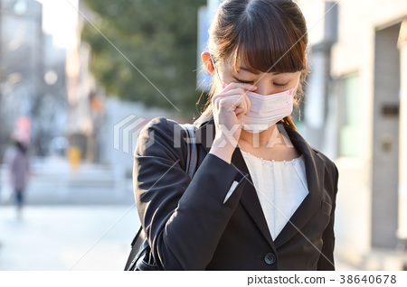 Women suffering from hay fever 38640678