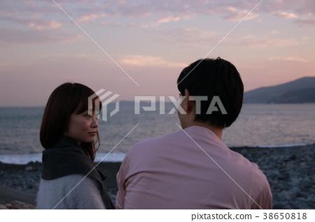 황혼의 해변 젊은 커플 (노출 부족) 38650818