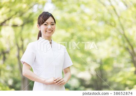 공원에서 휴식하는 간호사 38652874