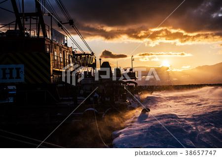 Dusk-winter of the port- 38657747