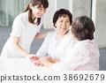 개호 노인 여성 병원 도우미 간병인 38692679