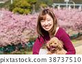 ผู้หญิงกำลังเดินกับสุนัขสัตว์เลี้ยง 38737510