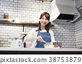 咖啡館廚房年輕女子工作 38753879