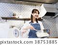 카페 주방 일하는 젊은 여성 38753885