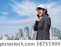 헬멧을 착용 한 정장 차림의 젊은 여성 전화 중 38755900