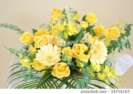 노란 꽃 노란 꽃다발 노란색 꽃꽂이 꽃 거베라 장미 난초 38756165