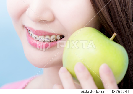 close up woman take apple 38769241