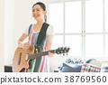 彈吉他的婦女 38769560
