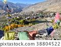 인도 키나우루 계곡 나코 마을 아름다운 산과 나코 호수 밀집 주거와 사원 바람에 펄럭 불교 깃발 타루쵸 38804522