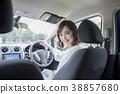 자동차의 운전석 젊은 여성 38857680