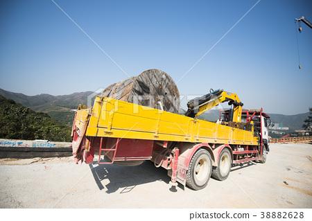 전선 용 목재 드럼을 쌓은 건설 현장의 트럭 38882628