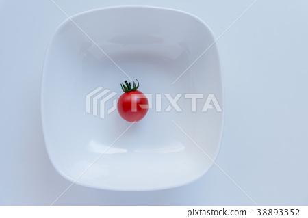 餐桌上的紅番茄桌上的小番茄 38893352