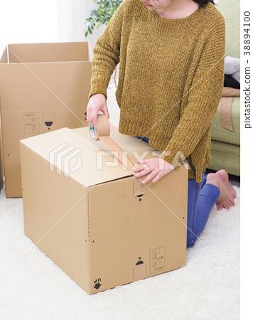 用胶带封住纸板箱 38894100