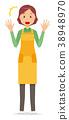 一個圍裙的中年家庭主婦很驚訝 38948970