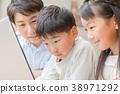 컴퓨터를 사용하는 가족 아버지 아버지 남매 공부 식당 주방 생활 숙제하는 초등학생 38971292