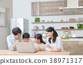 컴퓨터를 사용하는 가족 아버지 아빠 엄마 어머니 남매 공부 38971317