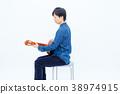 클래식 기타를 연주하는 남자 38974915