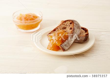 橙皮馬末蘭果醬和麵包 38975357
