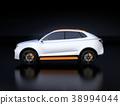 รูป SUV สีเงินไฟฟ้าบนพื้นหลังสีดำ 38994044
