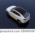 รูปด้านหลัง SUV ไฟฟ้าสีเงินบนพื้นหลังสีดำ 38994046