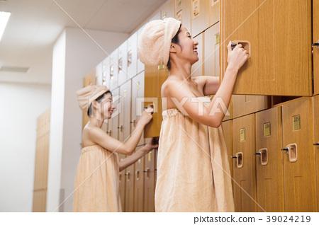 更衣室溫泉沐浴休息的女人 39024219
