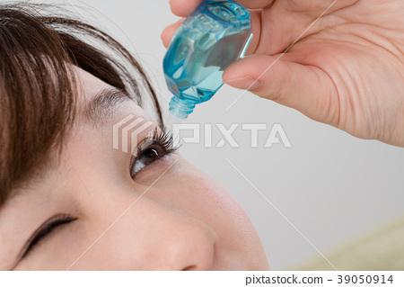 婦女患有花粉熱,眼睛,眼藥水,滴眼液 39050914