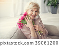 Glad granny holding close bouquet 39061200