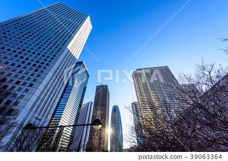 黎明之後新宿的建築物在施光中變得明亮 39063364