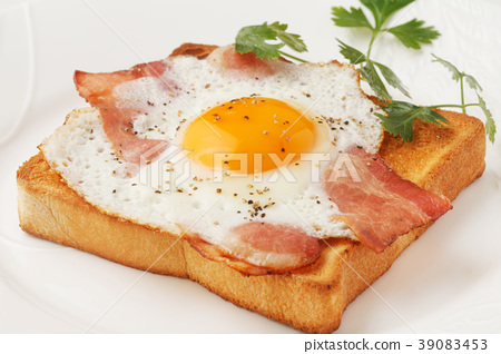 Bacon and egg toast 39083453