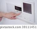 ผู้หญิงกำลังควบคุมน้ำร้อนระยะไกลในห้องครัว 39111451