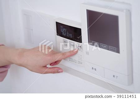 操作熱水遙控的婦女在廚房裡 39111451