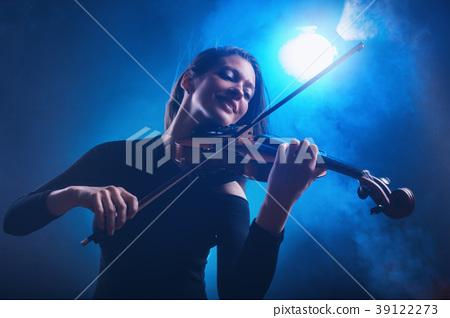 Violinist 39122273