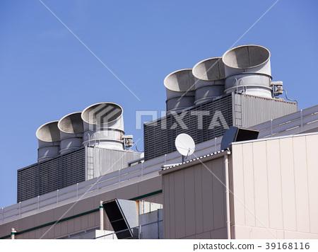 빌딩 옥상의 대형 에어컨 실외기 39168116