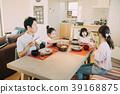 一对年轻夫妇和两个小学的孩子和四个姐妹的食物场面 39168875