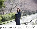 교토 부 교토시 히가시야마 구에 蹴上 잉크 라인에서 벚꽃을보고있는 젊은 여성 39190428