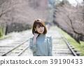 교토 부 교토시 히가시야마 구에 蹴上 잉크 라인에서 벚꽃을보고있는 젊은 여성 39190433