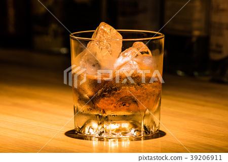 在鎖酒吧櫃檯的威士忌酒 39206911