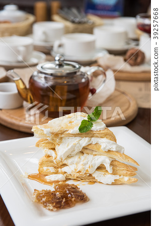 Honey cake with vanilla cream 39257668