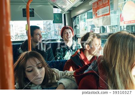 外國遊客乘坐公共汽車 39310327