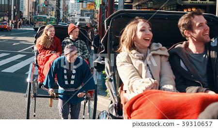 外國遊客在人力車上 39310657