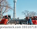 外国游客在人力车上 39310718