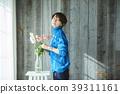A woman who keeps flowers 39311161