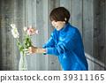 A woman who keeps flowers 39311165